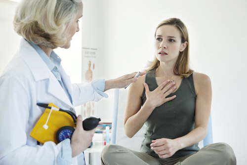 woman with asthma visiting doctor
